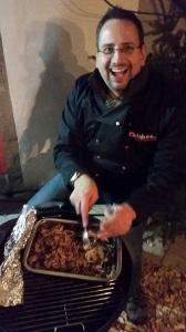 Glutsbruder Arnd beim Pulled Pork - genial lecker. Das Schweinefleisch meinen wir jetzt ;-)